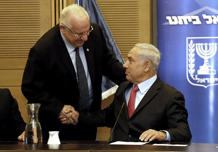 Israeli Prime Minister Benjamin Netanyahu (R) shakes hand with presidential candidate and former minister and Knesset Speaker Reuven Rivlin during a Likud party meeting at the Knesset on June 9, 2014 in Jerusalem (AFP Photo/Gali Tibbon)