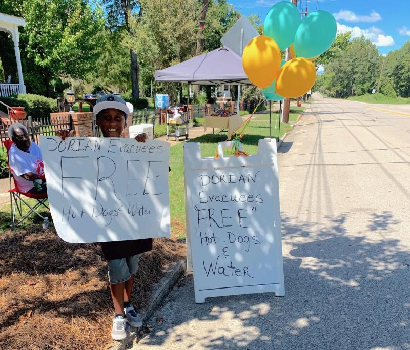 Jermaine Bell set up a stand on a major South Carolina highway to give out free food to Dorian evacuees. (Credit: Lauren Creech)