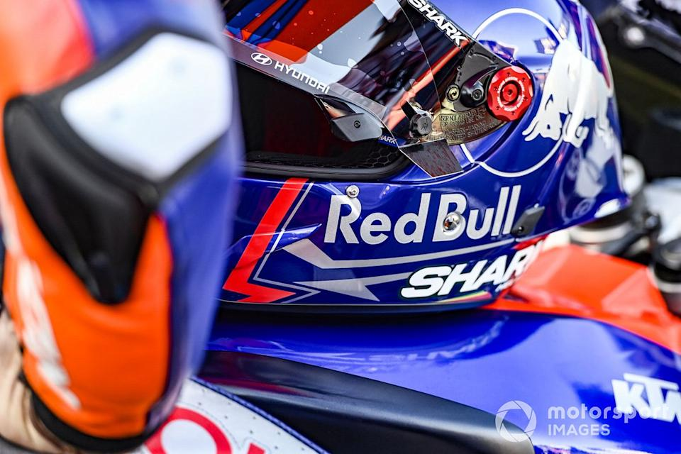 """Casco de Miguel Oliveira, Red Bull KTM Tech 3<span class=""""copyright"""">Gold and Goose / Motorsport Images</span>"""