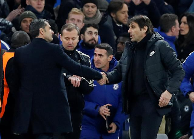 Soccer Football - Champions League Round of 16 First Leg - Chelsea vs FC Barcelona - Stamford Bridge, London, Britain - February 20, 2018 Chelsea manager Antonio Conte shakes hands with Barcelona coach Ernesto Valverde after the match REUTERS/David Klein