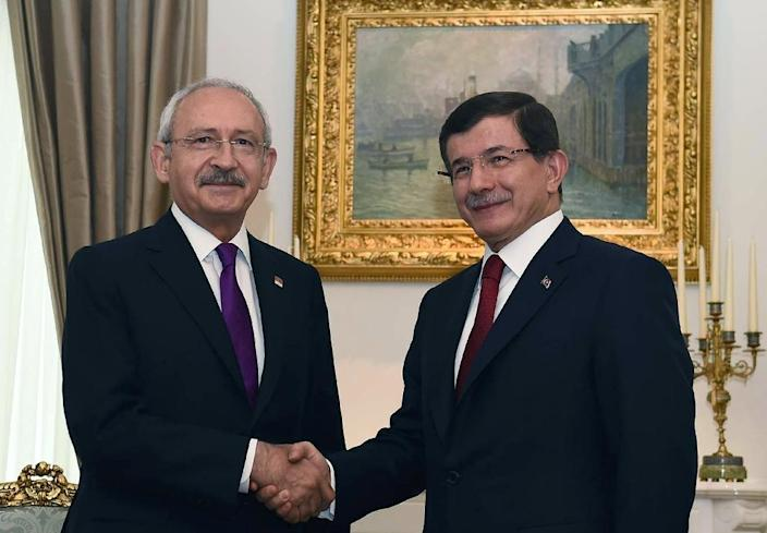 A picture released by the press office of Turkey's Republican People's Party shows party leader Kemal Kilicdaroglu (L) shaking hands with Prime Minister Ahmet Davutoglu during a meeting in Ankara, August 10, 2015 (AFP Photo/Ziya Koseoglu)