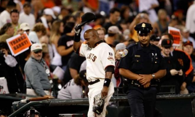 Barry Bonds tips his cap to the crowd as he walks off the field during his last game as a member of the San Francisco Giants on Sept. 26 2007.
