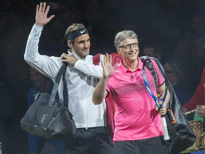 Roger Federer und Bill Gates beim Charity-Doppel 2018 (Bild: imago images / ZUMA Press)