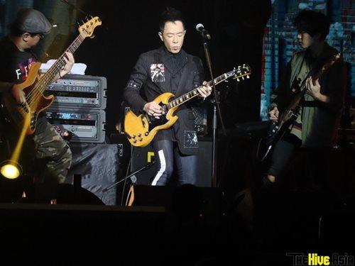 Paul flanked by his fellow guitarists.