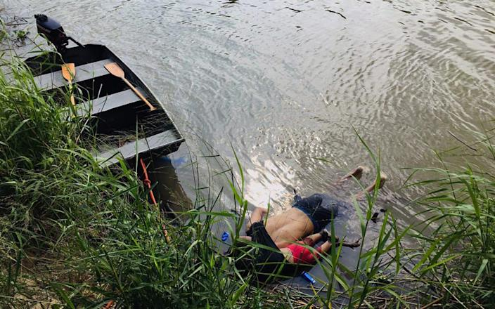 View of the bodies of Salvadoran migrant Oscar Martinez Ramirez and his daughter, who drowned while trying to cross the Rio Grande - AFP