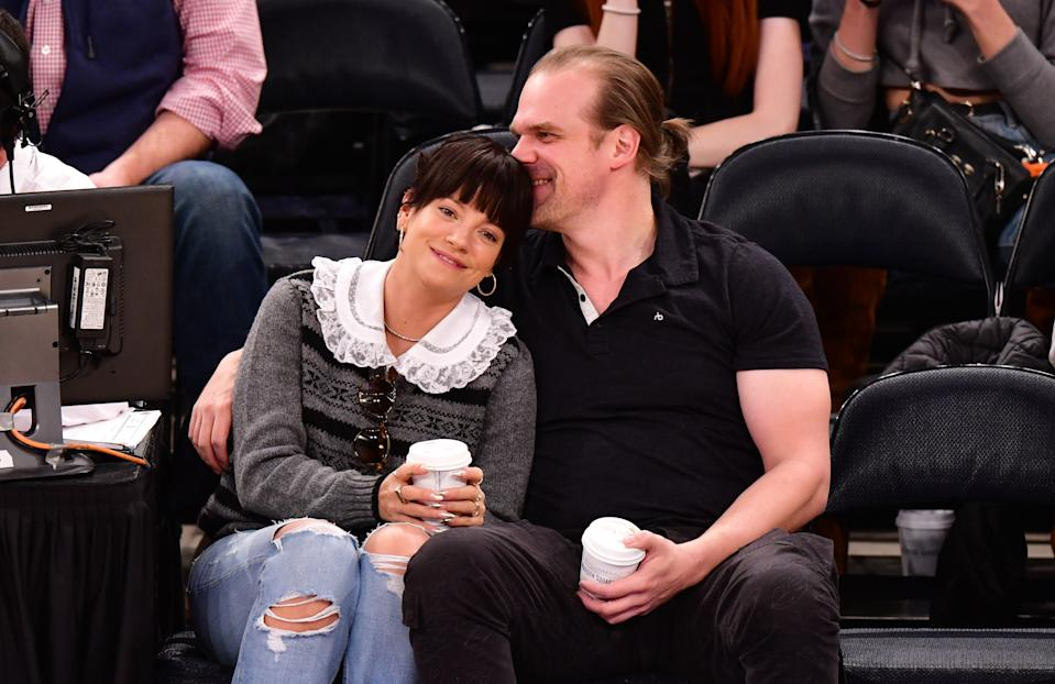 NEW YORK, NY - OCTOBER 18:  Lily Allen and David Harbour attend New York Knicks v New Orleans Pelicans preseason game at Madison Square Garden on October 18, 2019 in New York City.  (Photo by James Devaney/Getty Images)