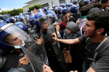 FILE PHOTO: Students and police confront each other during an anti-government protest in Algiers, Algeria, May 21, 2019.  REUTERS/Ramzi Boudina/File Photo