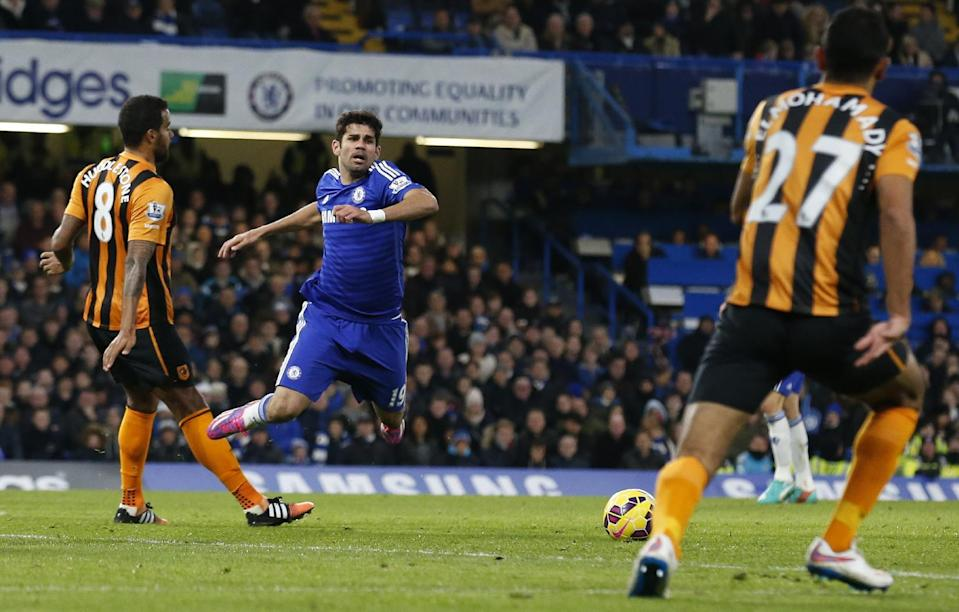 Chelsea's striker Diego Costa (2L) goes down in what is judged by referee Chris Foy to be simulation earning Costa a yellow card during an English Premier League football match against Hull City in London on December 13, 2014 (AFP Photo/Justin Tallis)