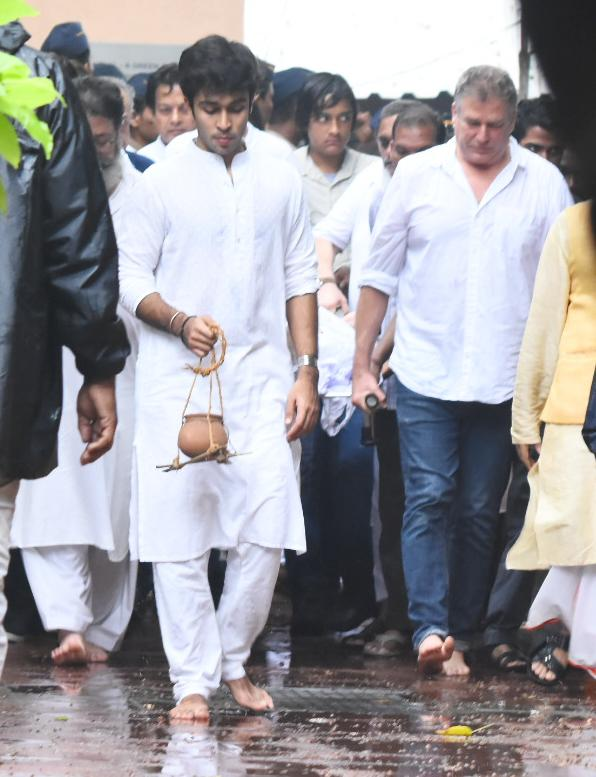 <p>Bollywood celebrities arrive for Shashi Kapoor's last rites </p>