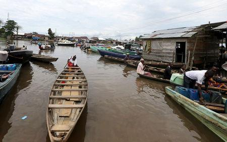FILE PHOTO: People ride in canoes and speedboats at Swali jetty near the banks of the Nun River on the outskirts of the Bayelsa state capital, Yenagoa, in Nigeria's delta region October 8, 2015. REUTERS/Akintunde Akinleye/File Photo