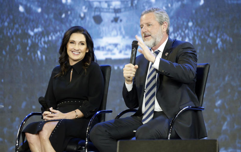 Jerry Falwell Jr., y su esposa Becki en 2018. (AP Photo/Steve Helber)