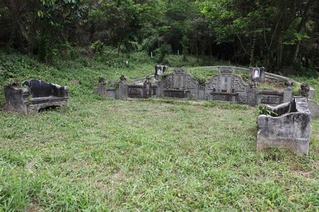 Large tombs with accompanying stone benches, found in Hill 2.