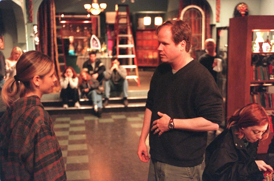 027630.0405.buffy6.RG . Joss Whedon,(right), creator, writer and director of Buffy the Vampire Slayer talks to Sarah Michelle Gellar, with cast in background. Photo by ^^^ SUNDAY MAY 20, 2001  (Photo by Robert Gauthier/Los Angeles Times via Getty Images)