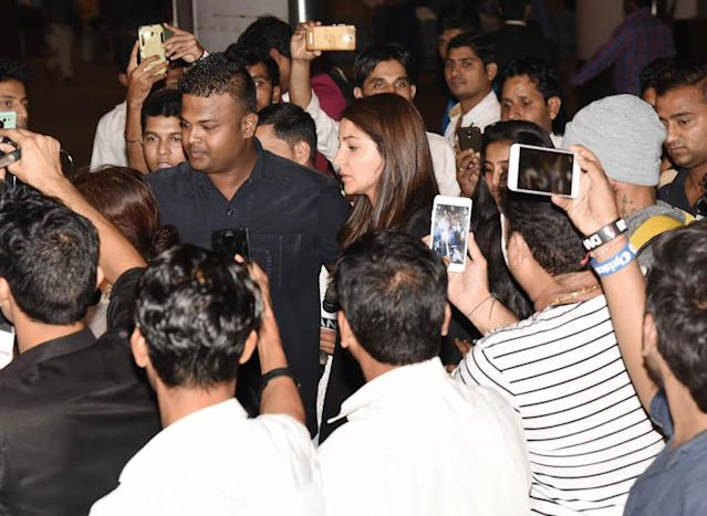 The gorgeous actress is loved by the youth for her realness and candidness. Many a times she is spotted with beefy security guards, who protect her and her husband, Virat Kohli during public events and gatherings.