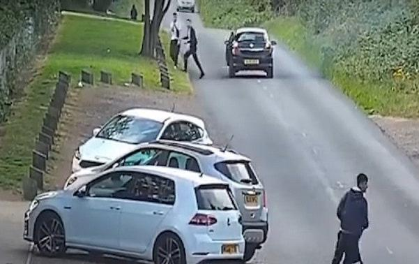 A Vauxhall Astra which stopped nearby is thought to be connected to the Renault