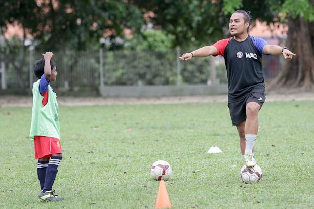 Azmeel Firdaus has faith in his players despite their having no experience in playing football. — Picture by Choo Choy May