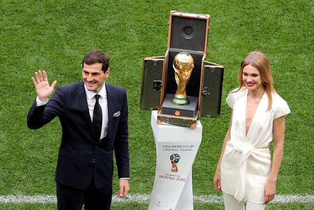 <p>Moscow (Russian Federation), 14/06/2018.- Spanish goalkeeper Iker Casillas (L) and Russian model Natalia Vodianova present the World Cup trophy prior to the FIFA World Cup 2018 group A preliminary round soccer match between Russia and Saudi Arabia in Moscow, Russia, 14 June 2018.<br>(RESTRICTIONS APPLY: Editorial Use Only, not used in association with any commercial entity – Images must not be used in any form of alert service or push service of any kind including via mobile alert services, downloads to mobile devices or MMS messaging – Images must appear as still images and must not emulate match action video footage – No alteration is made to, and no text or image is superimposed over, any published image which: (a) intentionally obscures or removes a sponsor identification image; or (b) adds or overlays the commercial identification of any third party which is not officially associated with the FIFA World Cup) (Mundial de Fútbol, Arabia Saudita, Moscú, Rusia) EFE/EPA/ABEDIN TERKENAREH EDITORIAL USE ONLY </p>