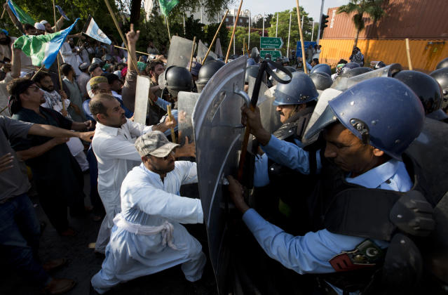 <p>Pakistani police officers stop angry protesters trying to march to the Myanmar Embassy during a protest to condemn ongoing violence against the Rohingya Muslim minority in Myanmar, in Islamabad, Pakistan, Friday, Sept. 8, 2017. (Photo: B.K. Bangash/AP) </p>