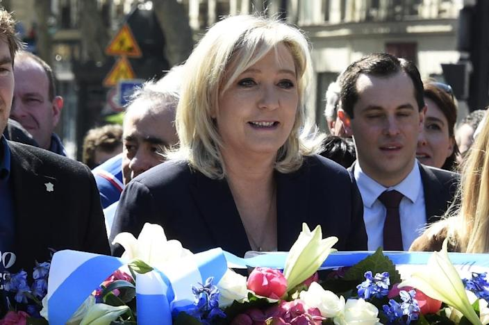 Leader of the French far-right party Front National, Marine Le Pen, lays flowers at a statue of Joan of Arc in Paris on May 1, 2016 (AFP Photo/Dominique Faget)