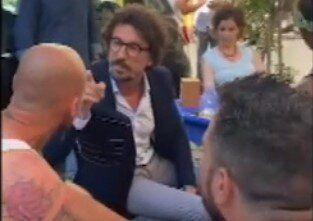"Danilo Toninelli, contestato al bar, reagisce: ""Non devi rompermi i c... (Photo: Gedi)"