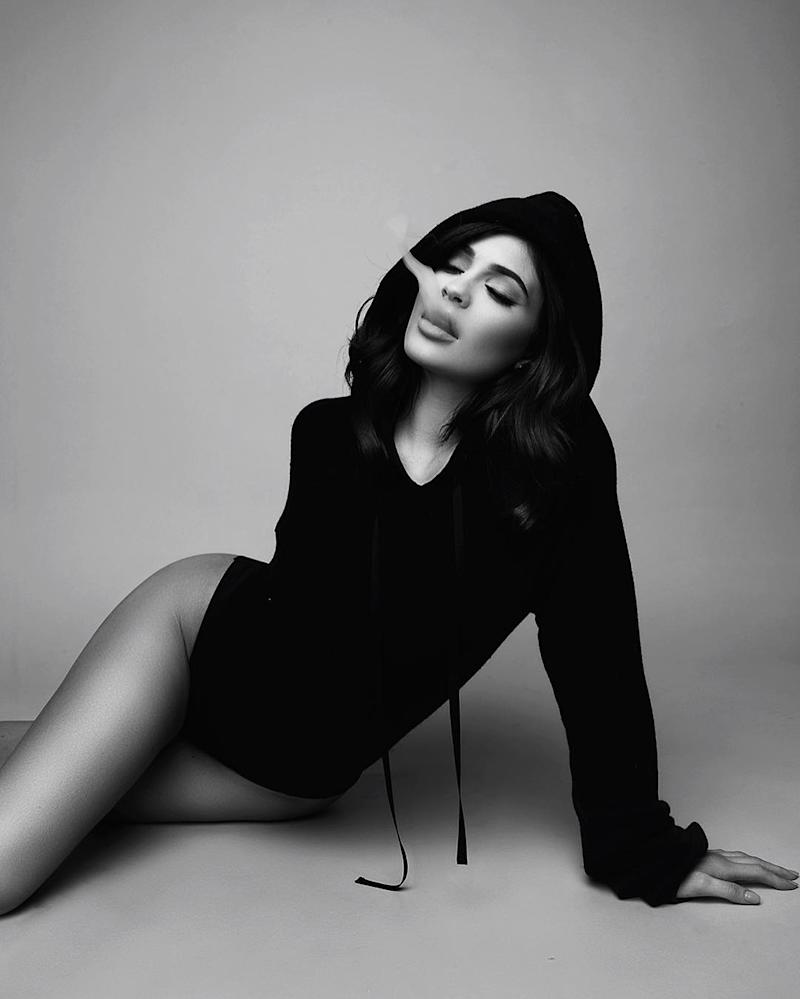 Wallpaper iphone kylie - Kylie Jenner Celebrates 50 Million Instagram Followers With Sexy Black And White Pic