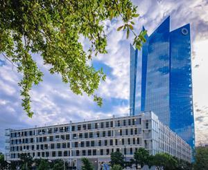 A custom-engineered channel glass system by Bendheim was installed at Frost Tower in Houston, Texas. (Photo by Ray Briggs/okushi.photography)
