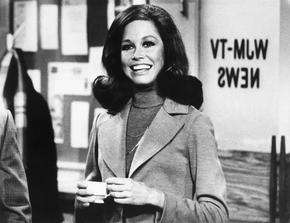 """<p>The <a rel=""""nofollow"""" href=""""https://www.yahoo.com/entertainment/mary-tyler-moore-didnt-set-out-to-be-a-role-model-for-women-but-she-was-011723073.html"""" data-ylk=""""slk:iconic star;outcm:mb_qualified_link;_E:mb_qualified_link;ct:story;"""" class=""""link rapid-noclick-resp yahoo-link"""">iconic star</a> of <i>The Mary Tyler Moore Show</i>, a true acting legend, <a rel=""""nofollow"""" href=""""https://www.yahoo.com/entertainment/mary-tyler-moore-dead-at-80-live-reaction-195659362.html"""" data-ylk=""""slk:passed away;outcm:mb_qualified_link;_E:mb_qualified_link;ct:story;"""" class=""""link rapid-noclick-resp yahoo-link"""">passed away</a> on Jan. 25. Her family said her death, at Greenwich Hospital in Connecticut, was caused by cardiopulmonary arrest after she had contracted pneumonia. Moore was 80. (Photo: Getty Images) </p>"""