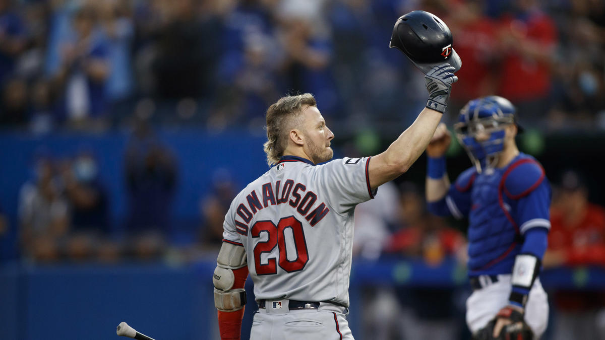 Josh Donaldson shows love to current Blue Jays, tips cap to fans