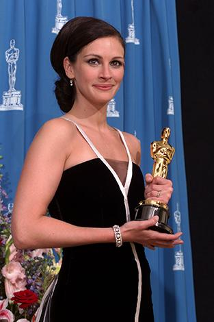 <p>Julia Roberts won in 2000 for her lead role in Erin Brockovich, and broke up with boyfriend Benjamin Bratt just three months after she got the award, after dating for four years.</p>