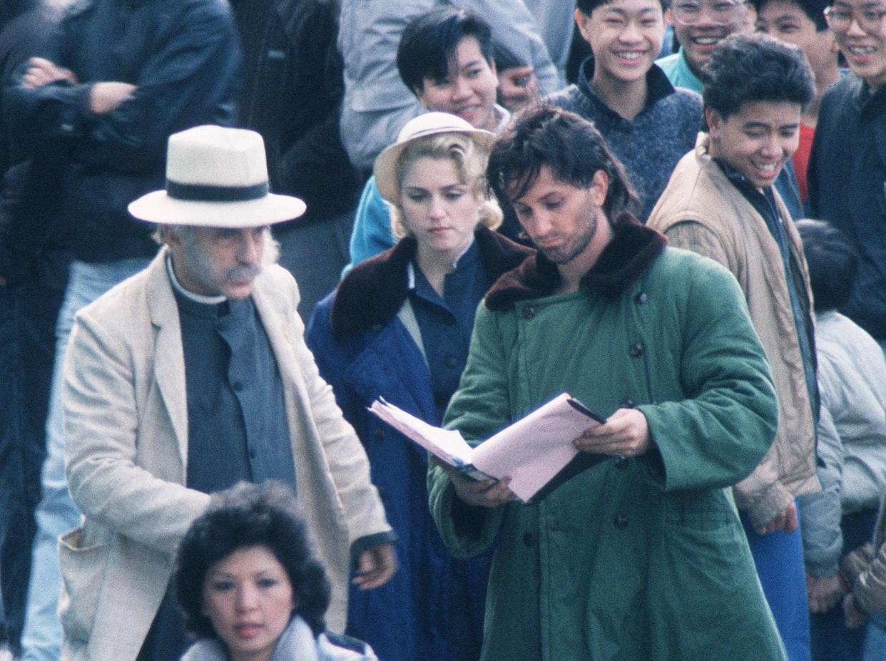 HONG KONG - 1986: Actor Sean Penn and singer/actress Madonna on the set of 'Shanghai Surprise' in Hong Kong. (Photo by Dave Hogan/Getty Images)