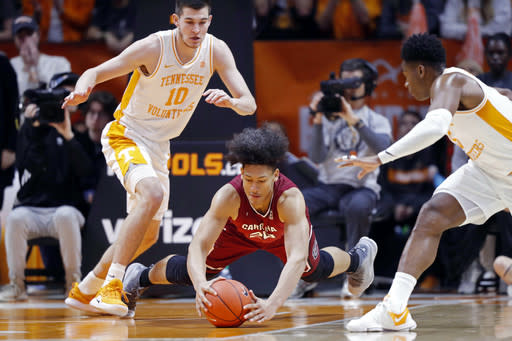 South Carolina forward Alanzo Frink (20) dives for the loose ball as he's defended by Tennessee forward John Fulkerson (10) and Admiral Schofield during the first half of an NCAA college basketball game Wednesday, Feb. 13, 2019, in Knoxville, Tenn. (AP photo/Wade Payne)