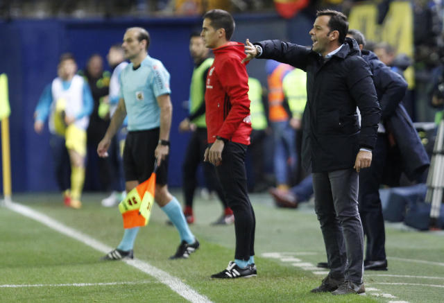 Villarreal's head coach Javi Calleja gesture to his players during the Spanish La Liga soccer match between Villarreal and FC Barcelona at the Ceramica stadium in Villarreal, Spain, Sunday, Dec. 10, 2017. (AP Photo/Alberto Saiz)