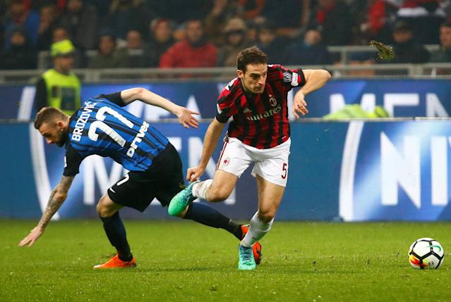 Soccer Football - Serie A - AC Milan v Inter Milan - San Siro, Milan, Italy - April 4, 2018 AC Milan's Giacomo Bonaventura in action with Inter Milan's Marcelo Brozovic REUTERS/Tony Gentile