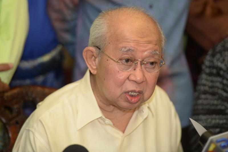 Tengku Razaleigh said that Finance Minister Lim Guan Eng lumped Malaysia's debts together, making it appear that the government's debt is over RM1 trillion. ― Picture by Azinuddin Ghazali