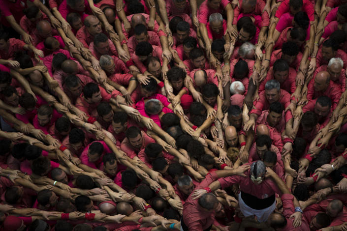 """<p>Members of """"Vella de Xiquets de Valls"""" form their human tower during the 26th Human Tower Competition in Tarragona, Spain, Oct. 2, 2016. (AP Photo/Emilio Morenatti)</p>"""