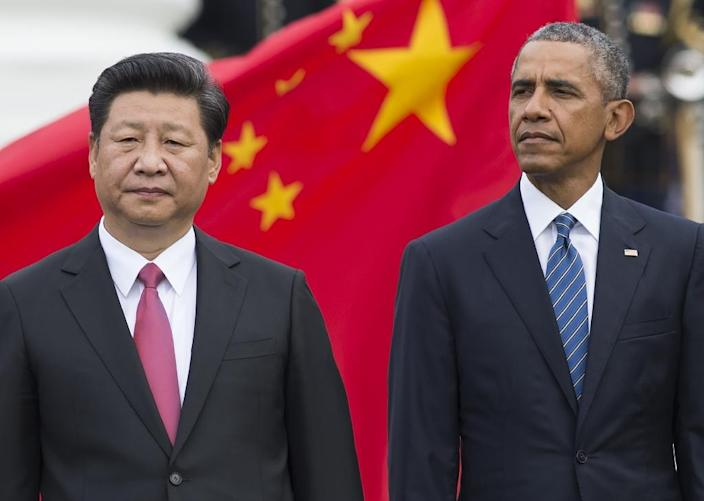 US President Barack Obama (R) and Chinese President Xi Jinping stand during a State Arrival at the White House in Washington, DC, September 25, 2015 (AFP Photo/Saul Loeb)