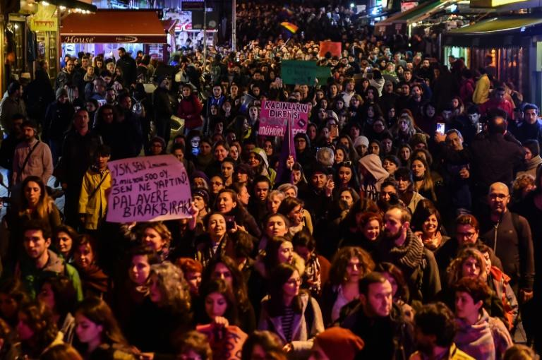"""Supporters of the """"No"""" camp march to submit their petition to call for the referendum to be annulled"""