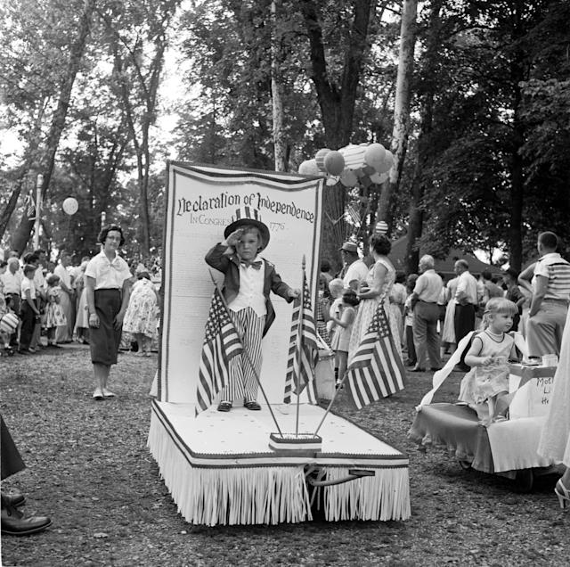 <p>A young boy celebrates the American Declaration of Independence at the baby parade in Lititz Park, Pa., 1956. (Photo: Evans/Three Lions/Getty Images) </p>