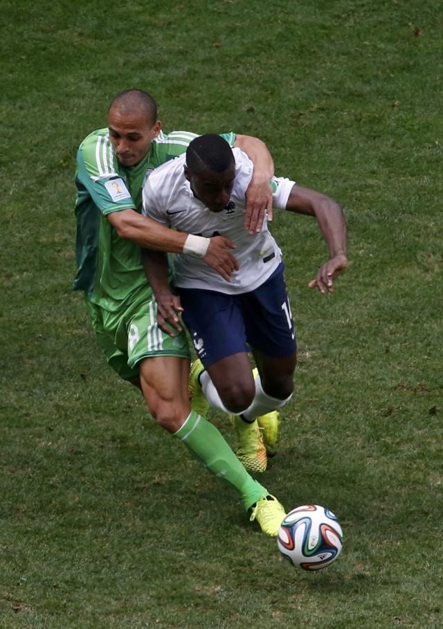 Nigeria's Peter Odemwingie (L) fights for the ball with France's Blaise Matuidi during their 2014 World Cup round of 16 game at the Brasilia national stadium in Brasilia June 30, 2014. REUTERS/David Gray (BRAZIL - Tags: SOCCER SPORT WORLD CUP)