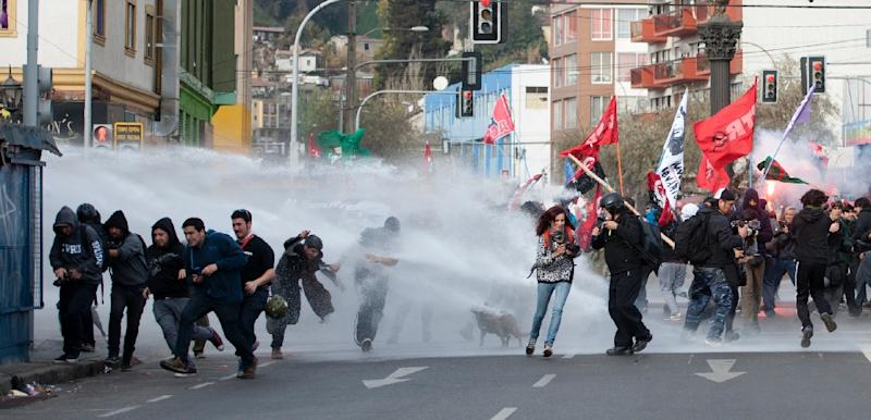 Students clash with riot police during a march against the Chilean government in Valparaiso on May 21, 2015 (AFP Photo/Vladimir Rodas)