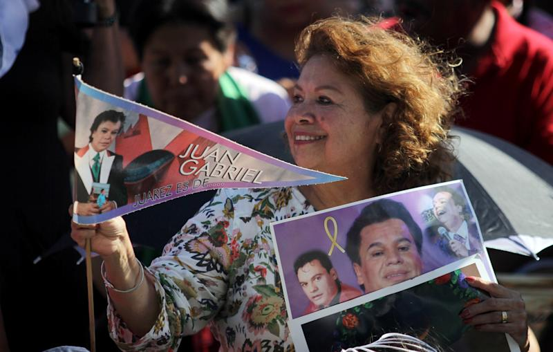 A fan of the late Mexican singer and composer Juan Gabriel is seen during the first anniversary of his death, August 27, 2017, in Juarez, Chihuahua, Mexico. / AFP PHOTO / Herika MARTINEZ (Photo credit should read HERIKA MARTINEZ/AFP via Getty Images)