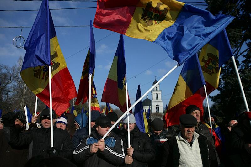 People attend a rally in front of the Parliament building in Moldova's capital Chisinau on January 24, 2016 (AFP Photo/Ignat Popescu)