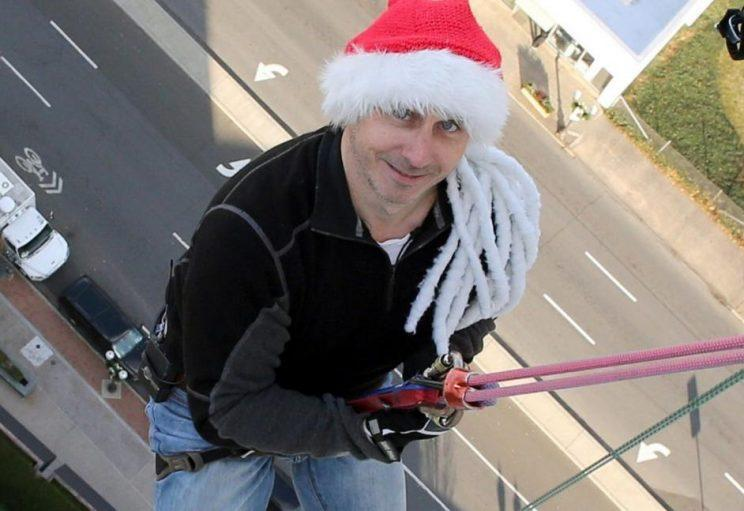 Brian Cashman is set to rappel down a 22-story building on the eve of the Winter Meetings. (Newsday)