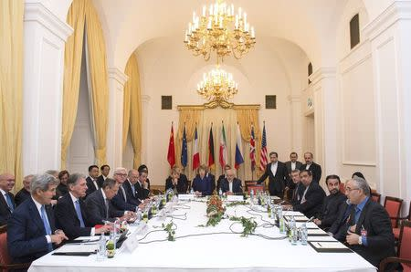 Delegations of U.S. Secretary of State John Kerry, Britain's Foreign Secretary Philip Hammond, Russian Foreign Minister Sergei Lavrov, Iranian Foreign Minister Javad Zarif, German Foreign Minister Frank-Walter Steinmeier, French Foreign Minister Laurent Fabius, EU High Representative Catherine Ashton, Chinese Foreign Minister Wang Yi sit around the negotiations table during their meeting in Vienna November 24, 2014. REUTERS/Joe Klamar/Pool