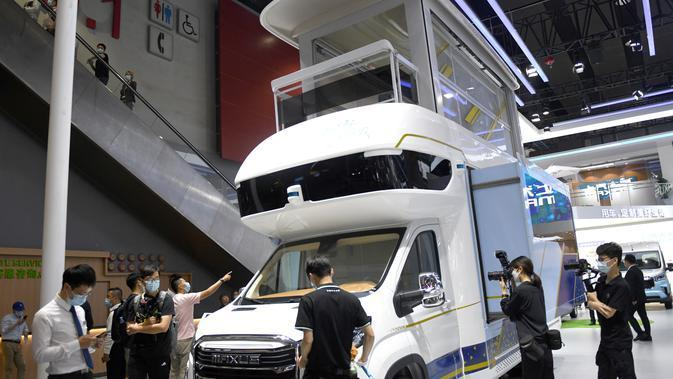 Para pengunjung melihat-lihat sebuah kendaraan rekreasi dalam Pameran Mobil Internasional Guangzhou ke-18 di China Import and Export Fair Complex di Guangzhou, Provinsi Guangdong, China selatan (20/11/2020). (Xinhua/Lu Hanxin)