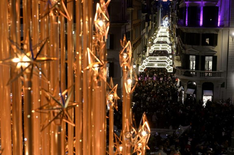 Crowds throng Via Condotti in central Rome as the first weekend of Christmas shopping starts (AFP Photo/FILIPPO MONTEFORTE)