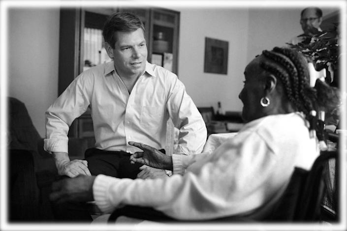 Rep. Eric Swalwell meets with 94-year-old community activist Edwina Knight in Chicago. (Photo: Scott Olson/Getty Images, digitally enhanced by Yahoo News)