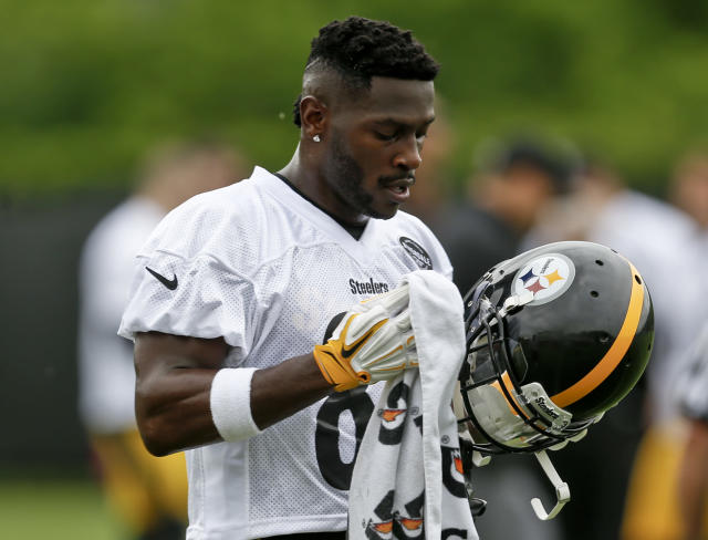 """<a class=""""link rapid-noclick-resp"""" href=""""/nfl/players/24171/"""" data-ylk=""""slk:Antonio Brown"""">Antonio Brown</a> called a respected beat reporter a """"clown"""" over a tweet that said he limped off the practice field on Monday. (AP)"""