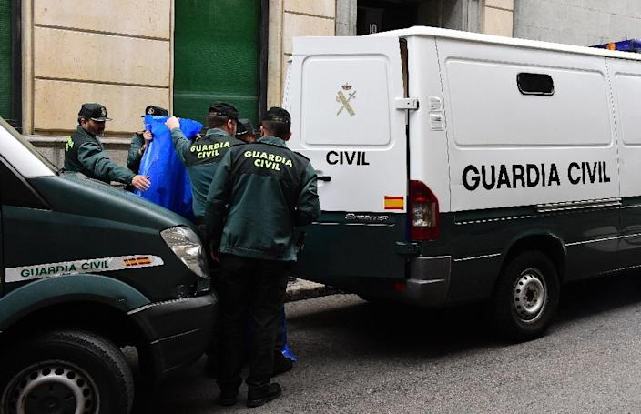 Spanish Civil Guard carry evidence and effects seized from people suspected of links to the Islamic State group at the Spanish National Court in Madrid on April 10, 2015 (AFP Photo/Gerard Julien)