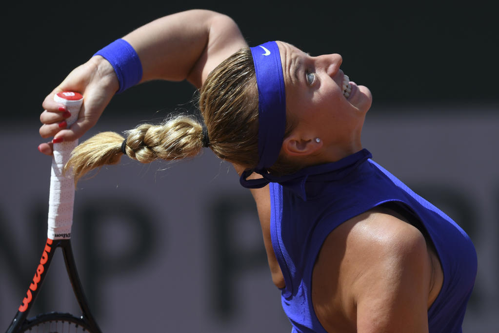 Czech Republic's Petra Kvitova serves the ball to US Bethanie Mattek-Sands during their tennis match at the Roland Garros 2017 French Open on May 31, 2017 in Paris. (AFP Photo/GABRIEL BOUYS                     )